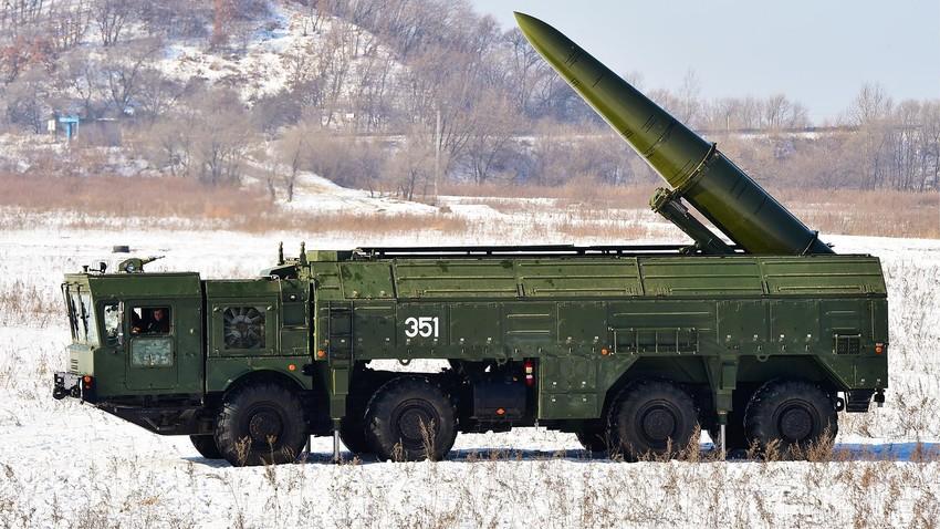"""Operativno-taktički sustavi """"Iskander-M"""" za vrijeme elektronskih lansiranja """"kvazibalističkih"""" raketa na vježbovnom poligonu."""