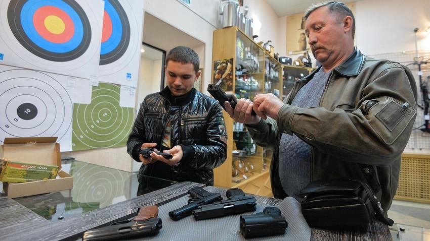 """Продавница оружја """"Царская охота"""" у Чељабинску."""