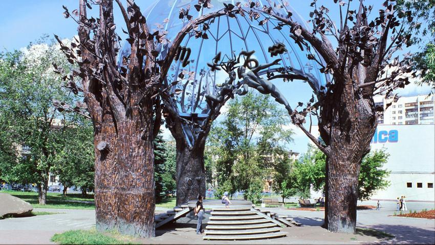 """Čeljabinsk. """"Sfera ljubezni"""", avtor Viktor Mitrošin. Ta skulptura, postavljena leta 2000, je sestavljena iz štirih bronastih dreves, ki obdajajo dve poljubljajoči se figuri pod kupolo modrega italijanskega stekla. Postala je najbolj priljubljenih vizitk tega mesta. 13. julij 2003."""