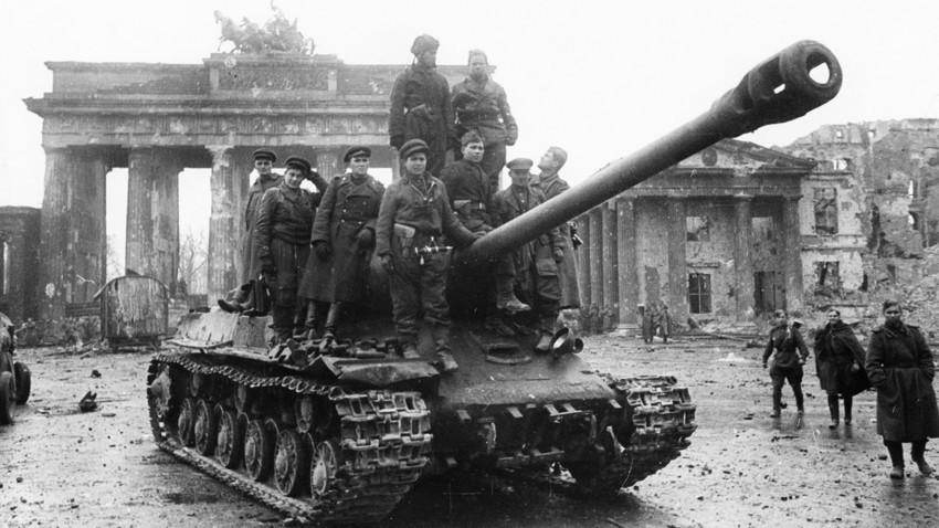 """Војници на Црвената армија на тенкот """"Јосиф Сталин"""" (ИС-2) пред Бранденбуршката порта во Берлин. Германија, крај на Втората светска војна, мај 1945 година."""