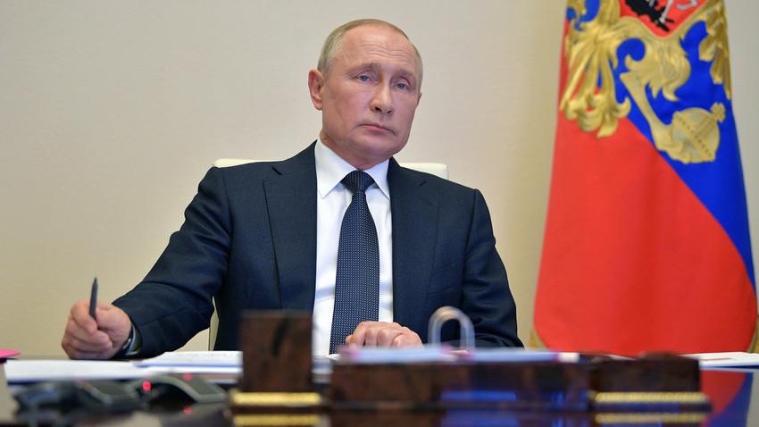 Presiden Rusia Vladimir Putin saat memimpin pertemuan dengan para kepala daerah melalui konferensi video di kediaman negara Novo-Ogaryovo, Moskovskaya oblast, Selasa (28/4).