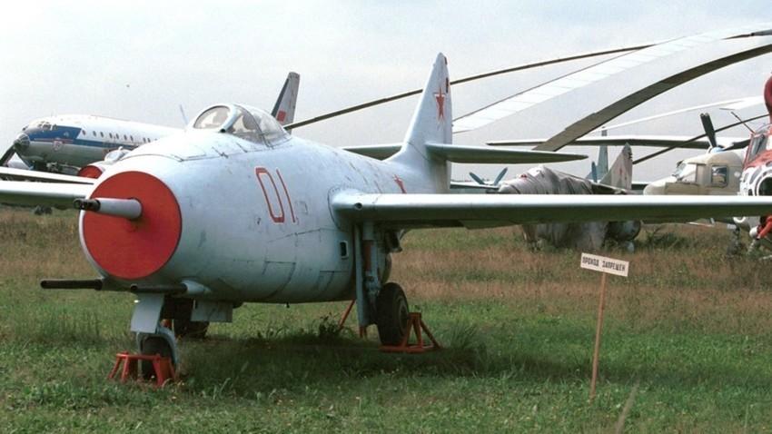 МиГ-9, првиот ловец со млазен мотор