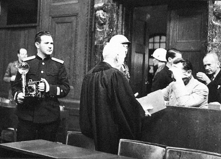 Evgueni Khaldeï près de Hermann Göring, le plus haut dignitaire nazi jugé, pendant le procès de Nuremberg