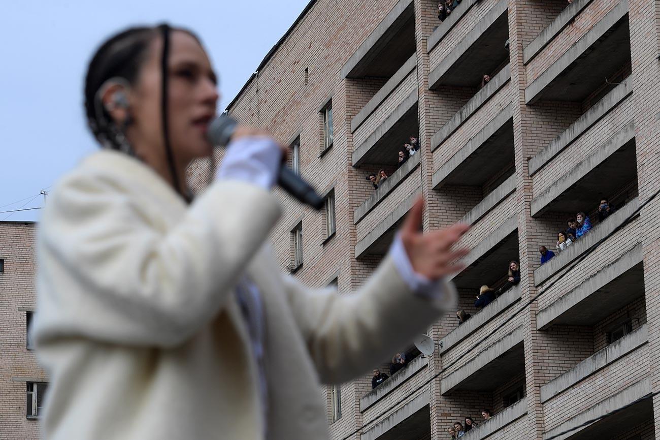 La leader du groupe populaire IOWA chantant pour les étudiants en médecine