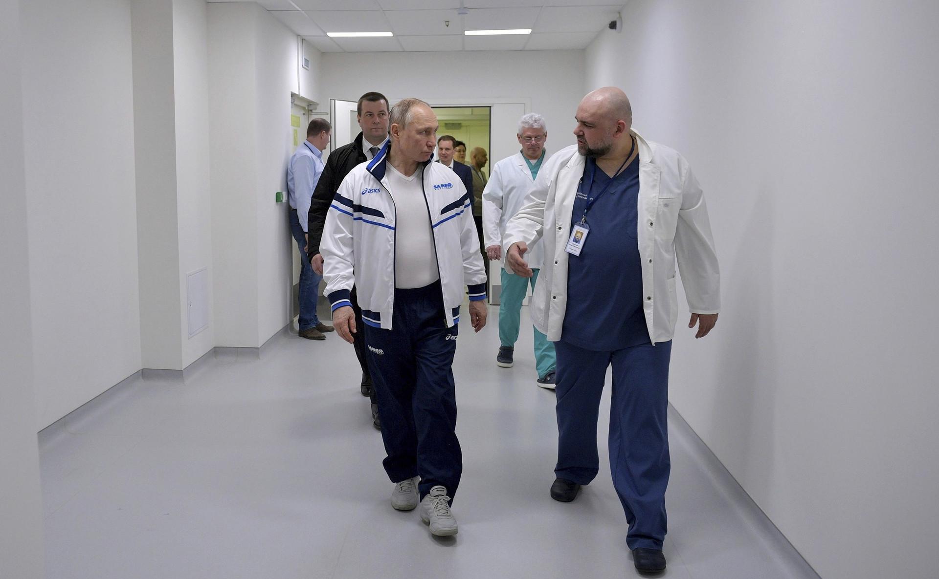 Kepala Dokter Rumah Sakit Kota No.40 Denis Protsenko mendampingi Presiden Vladimir Putin sebelum mengenakan pakaian dekontamisasi untuk meninjau rumah sakit yang merawat pasien virus corona, Senin (24/3).