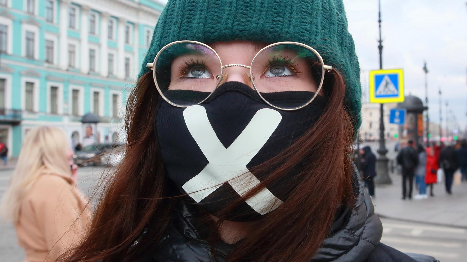 Seorang gadis mengenakan masker di Sankt Peterburg.