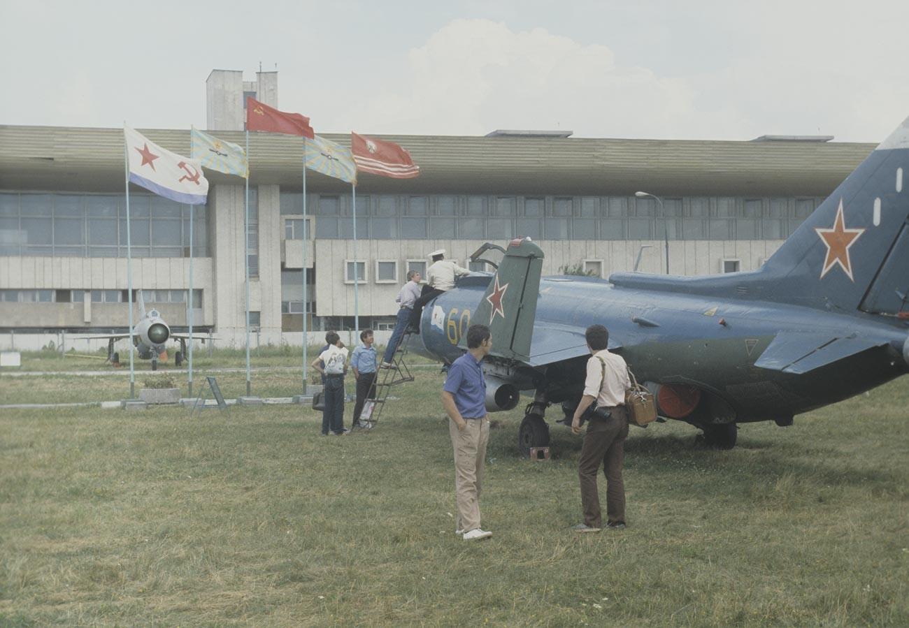 Avion d'attaque embarqué soviétique, le Yak-38 est le premier avion à décollage et atterrissage vertical produit en série de l'URSS. Création du Bureau de conception Yakovlev. Exposition d'équipements aéronautiques à l'Aérodrome central Frounze