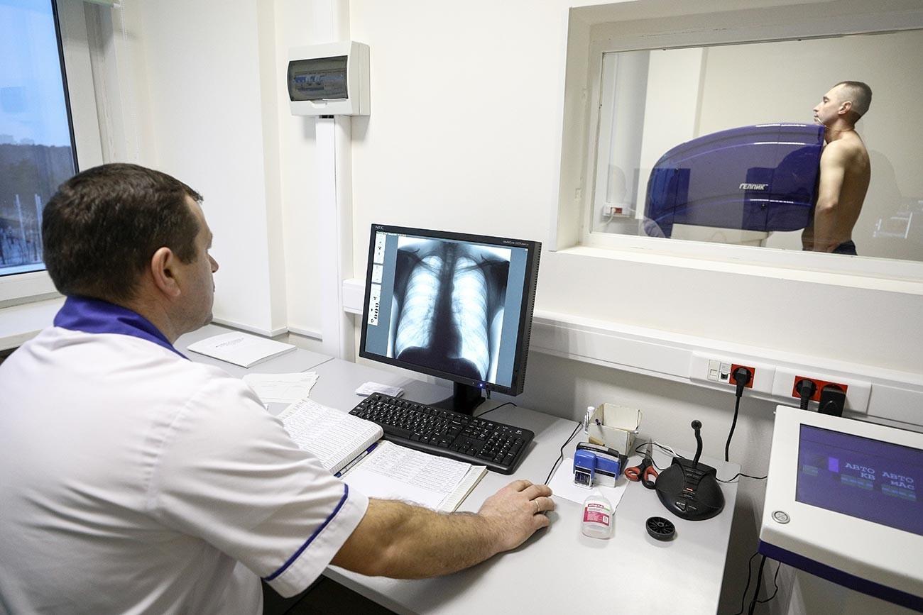 Лекар прегледува пациент во кабинет за флуорографија