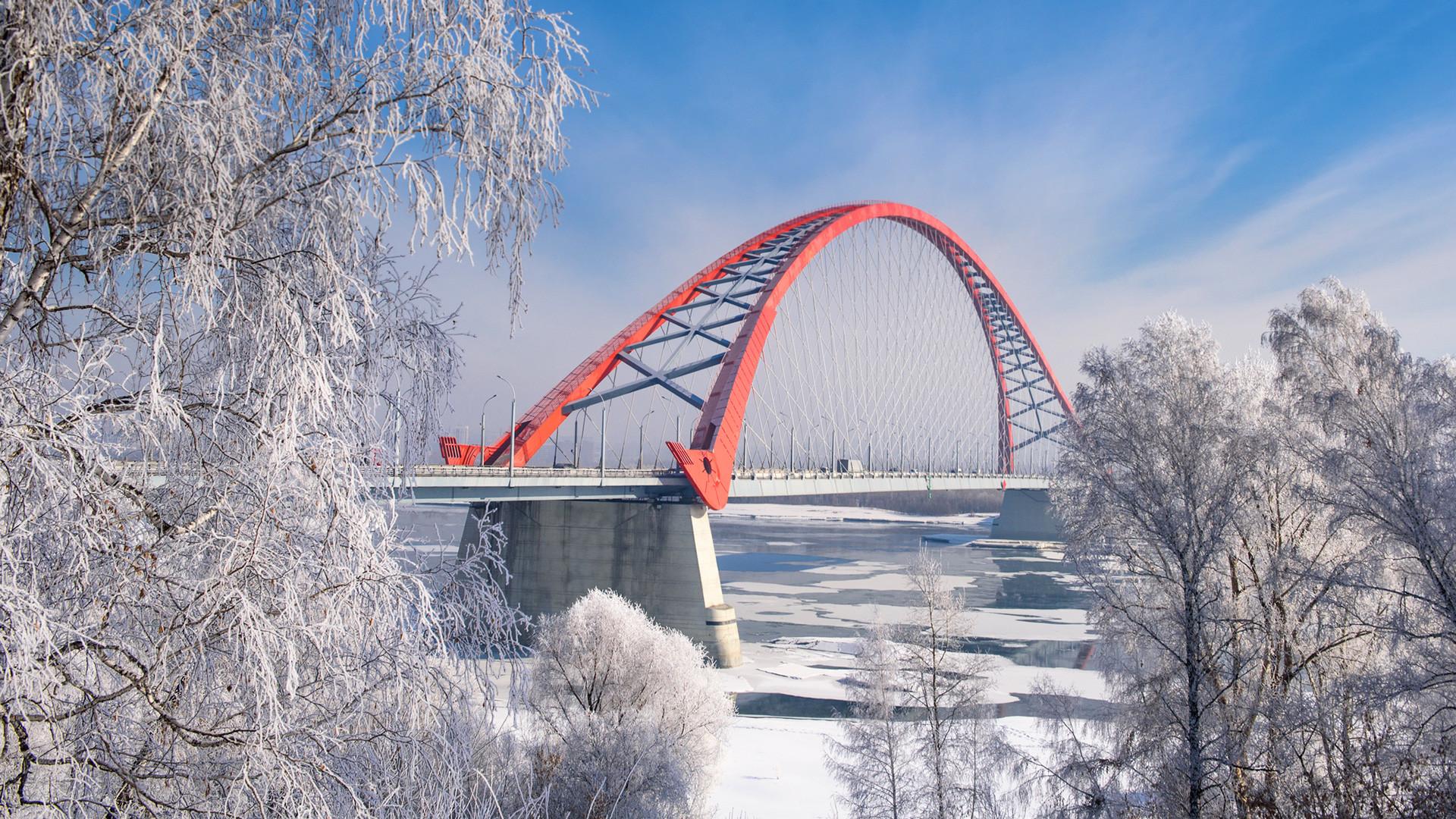 オビ川に建設された鉄道橋