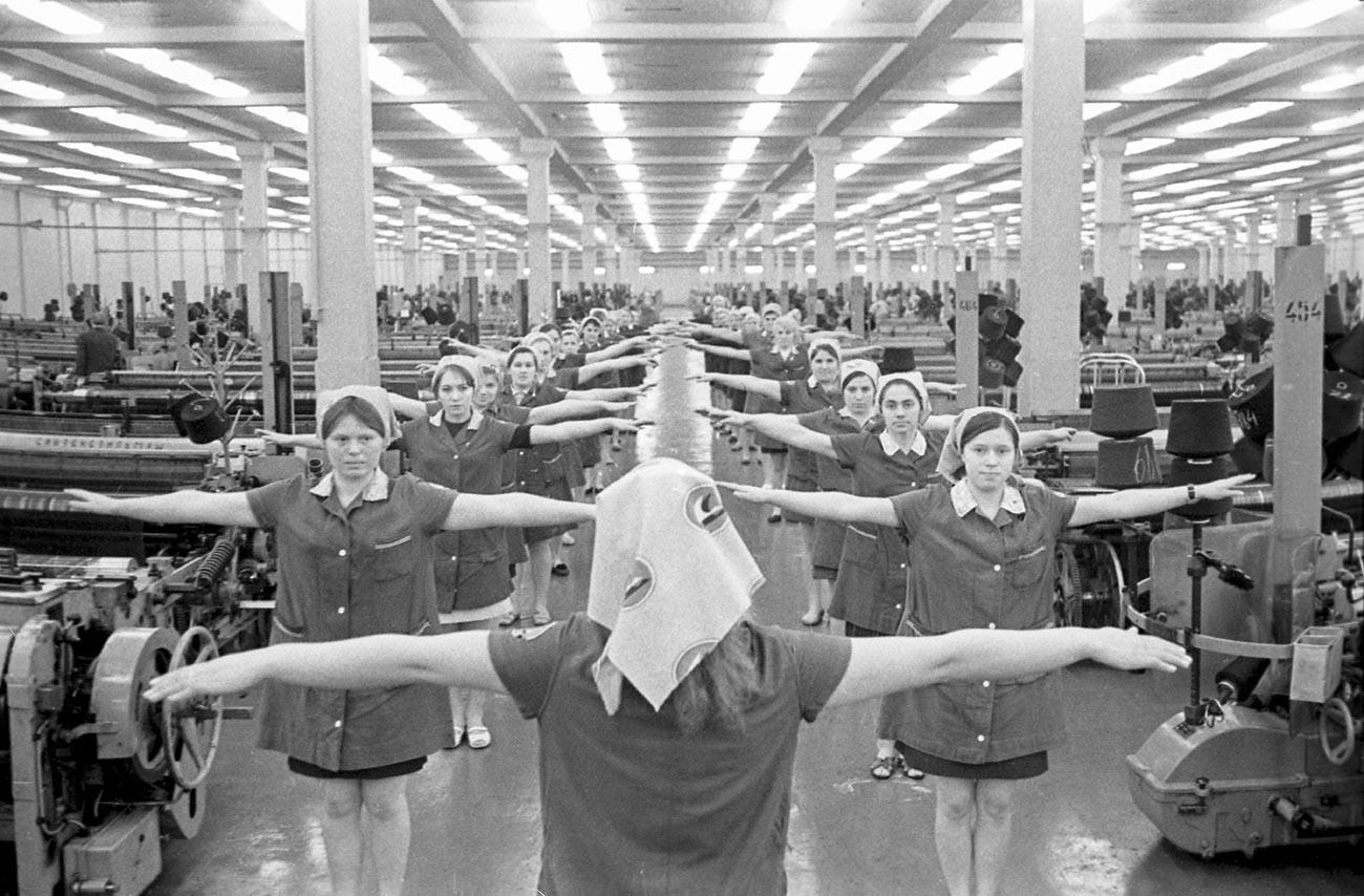 Combinat textile d'Ivanovo. Gymnastique dans les ateliers.