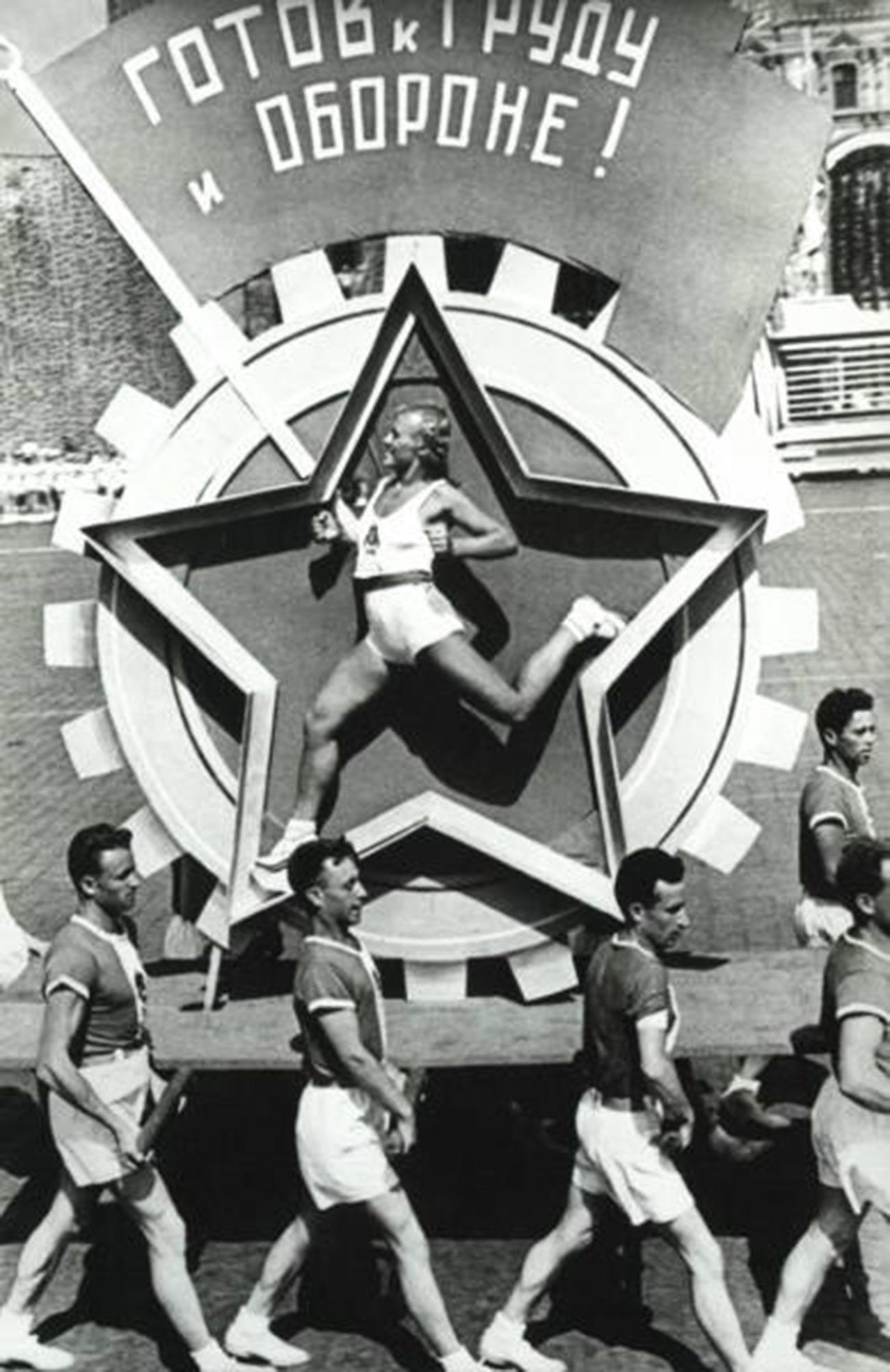 Badge GTO (« Prêt au travail et à la défense de l'URSS »)