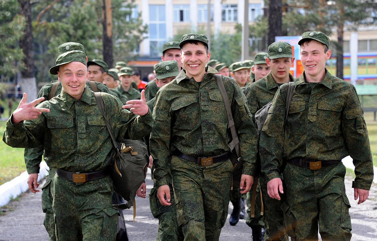 Zbirno mesto v majhnem mestu Antipiha v Zabajkalskem kraju. Novinci odhajajo na služenje vojaškega roka.