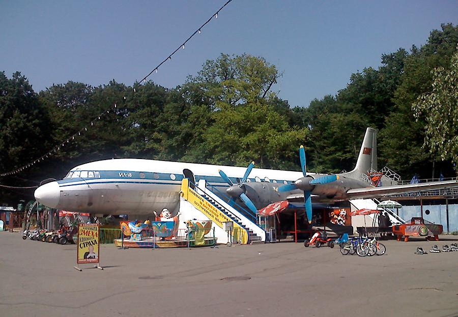 Die Iljuschin Il-18 in der südrussischen Stadt Stawropol.