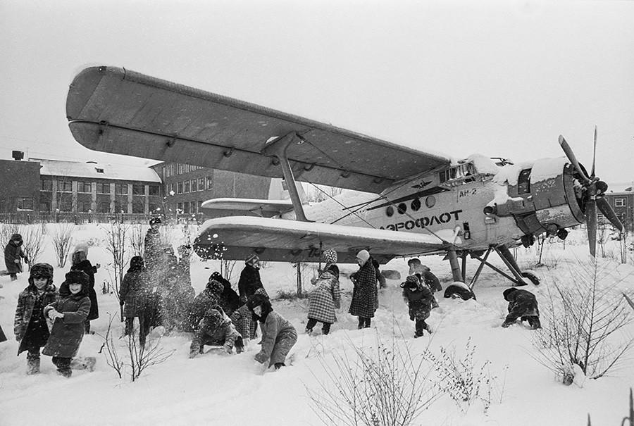 Ein An-2-Kinoflugzeug im Dorf Jagunowo, Region Kemerowo, Sibirien, 1989