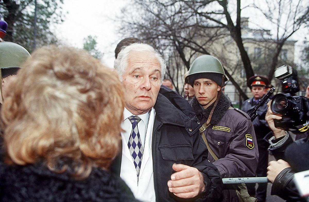レオニード・ロシャーリがドゥブロフカの劇場の人質に対する応急手当について語っている、2002年