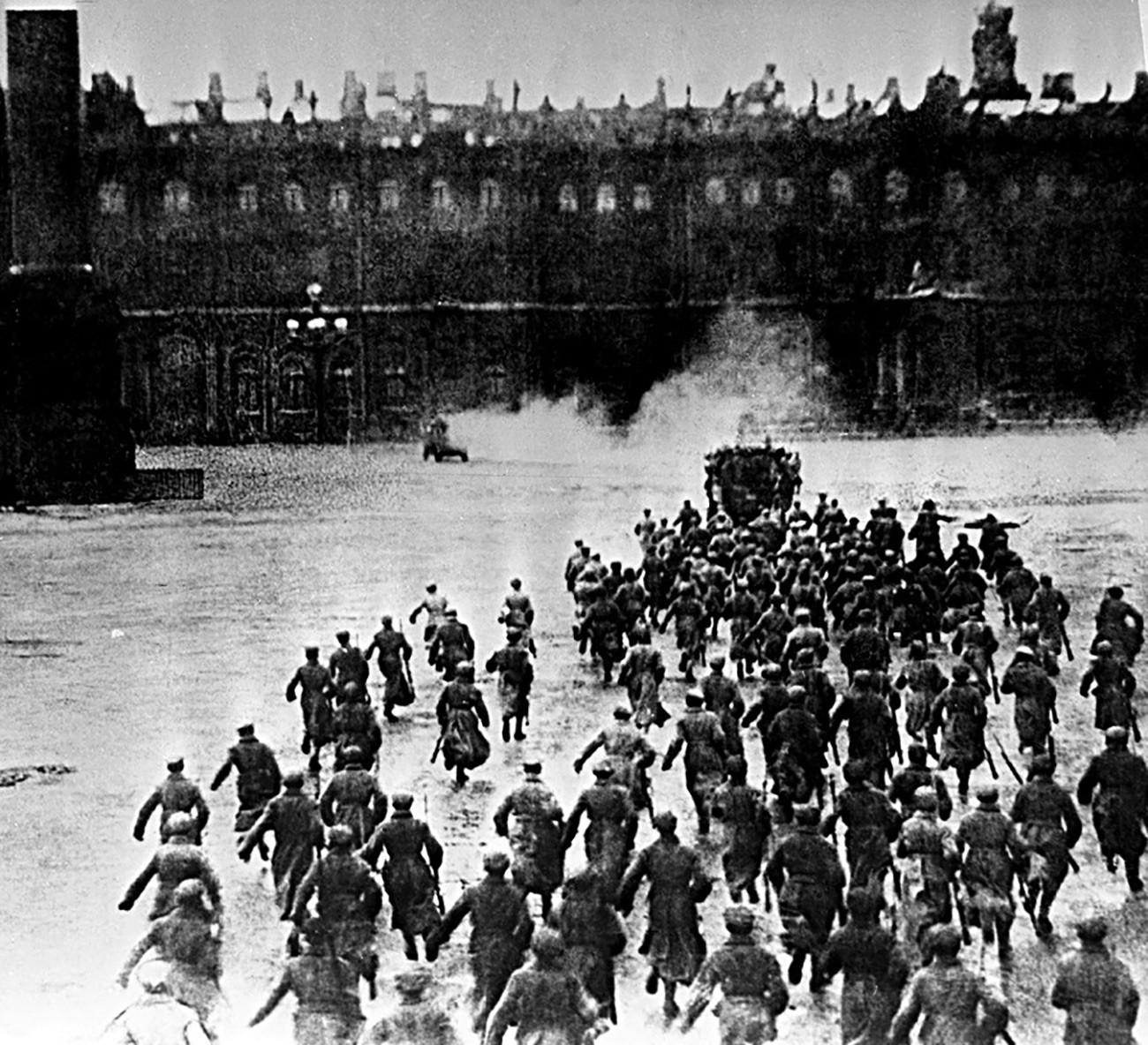 L'assalto al Palazzo d'Inverno a Pietrograd (oggi San Pietroburgo), 1917