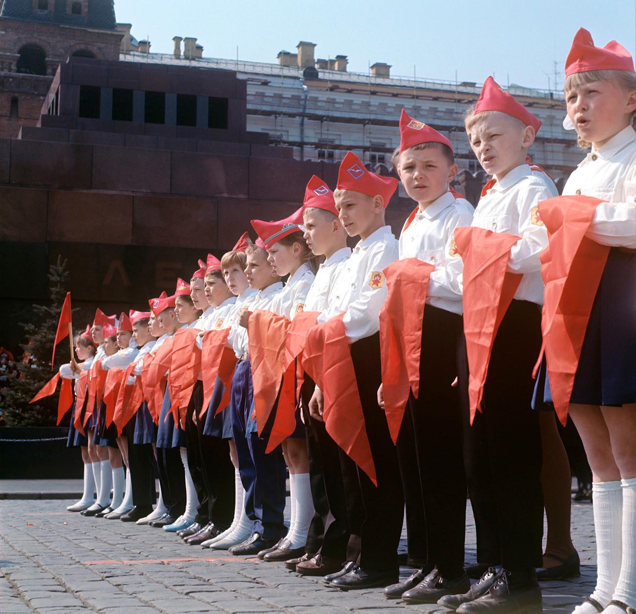 Giovani pionieri di fronte al Mausoleo di Lenin in Piazza Rossa