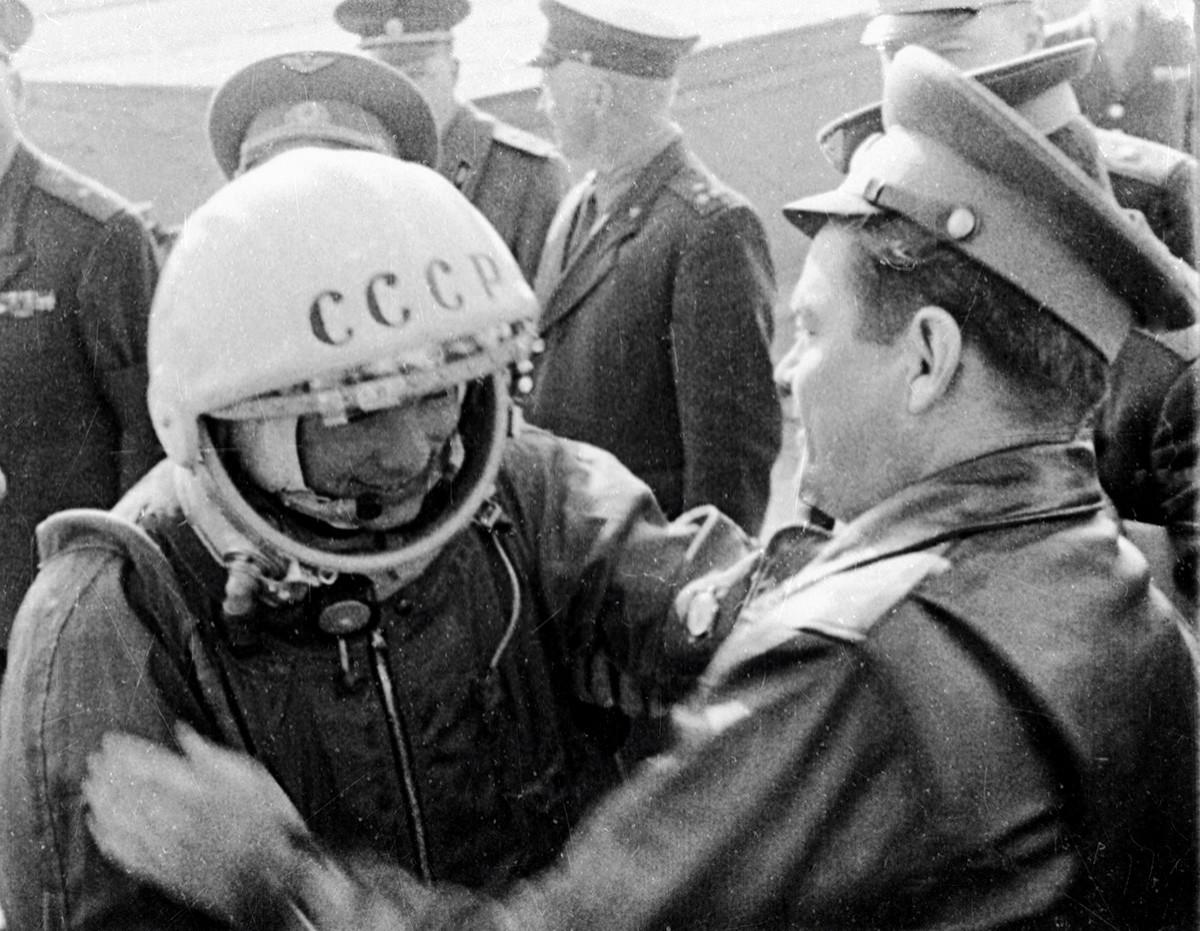 Юрий Гагарин прощается с друзьями перед полетом в космос.