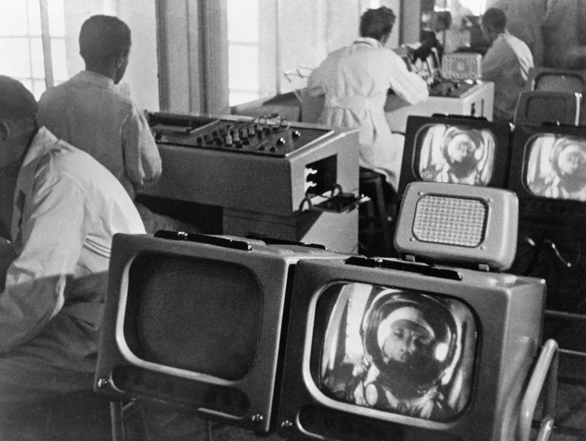 Учёные следят за состоянием Юрия Гагарина в космосе в центре управления полёта.