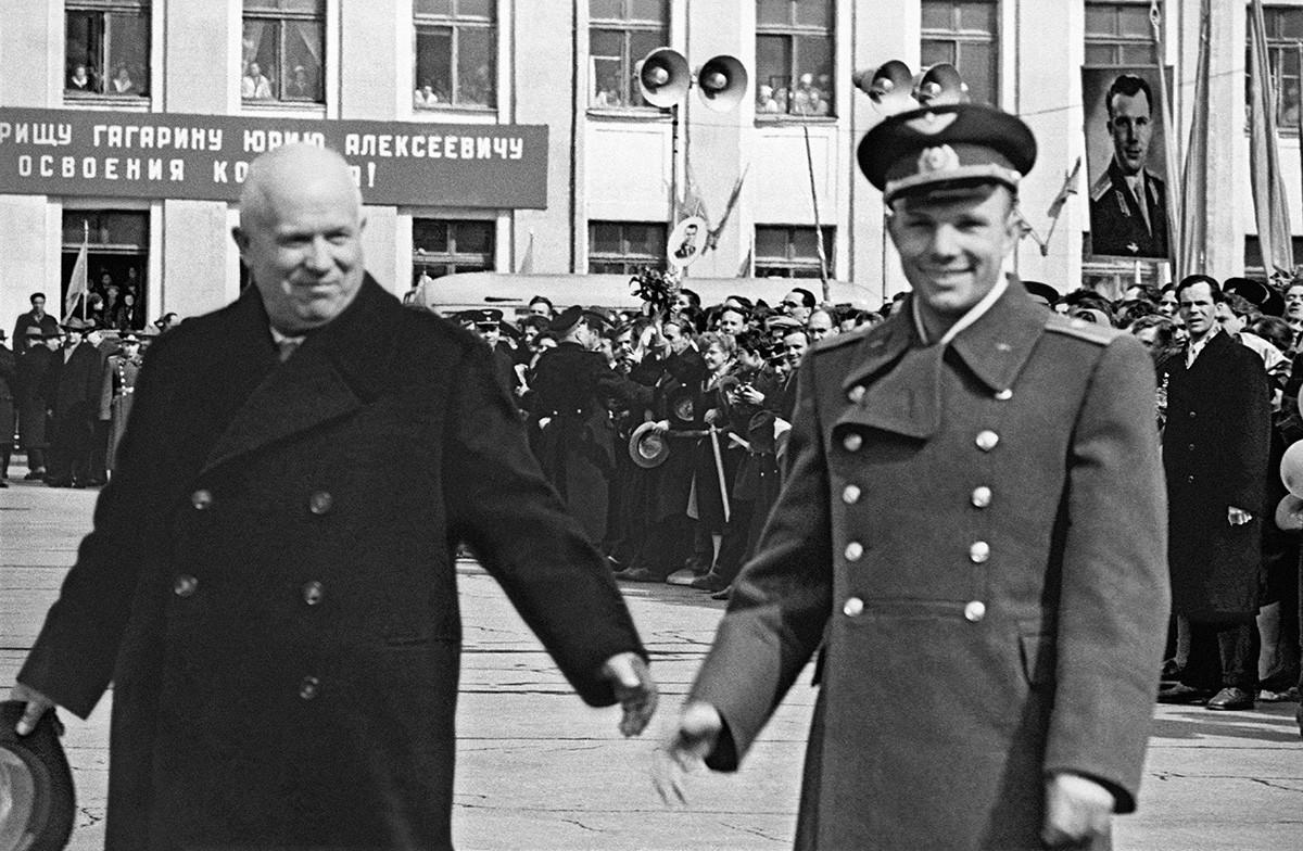 Jurij Gagarin i Nikita Hruščov (zdesna nalijevo) na aerodromu Vnukovo nakon završetka leta. 14. travnja 1961.