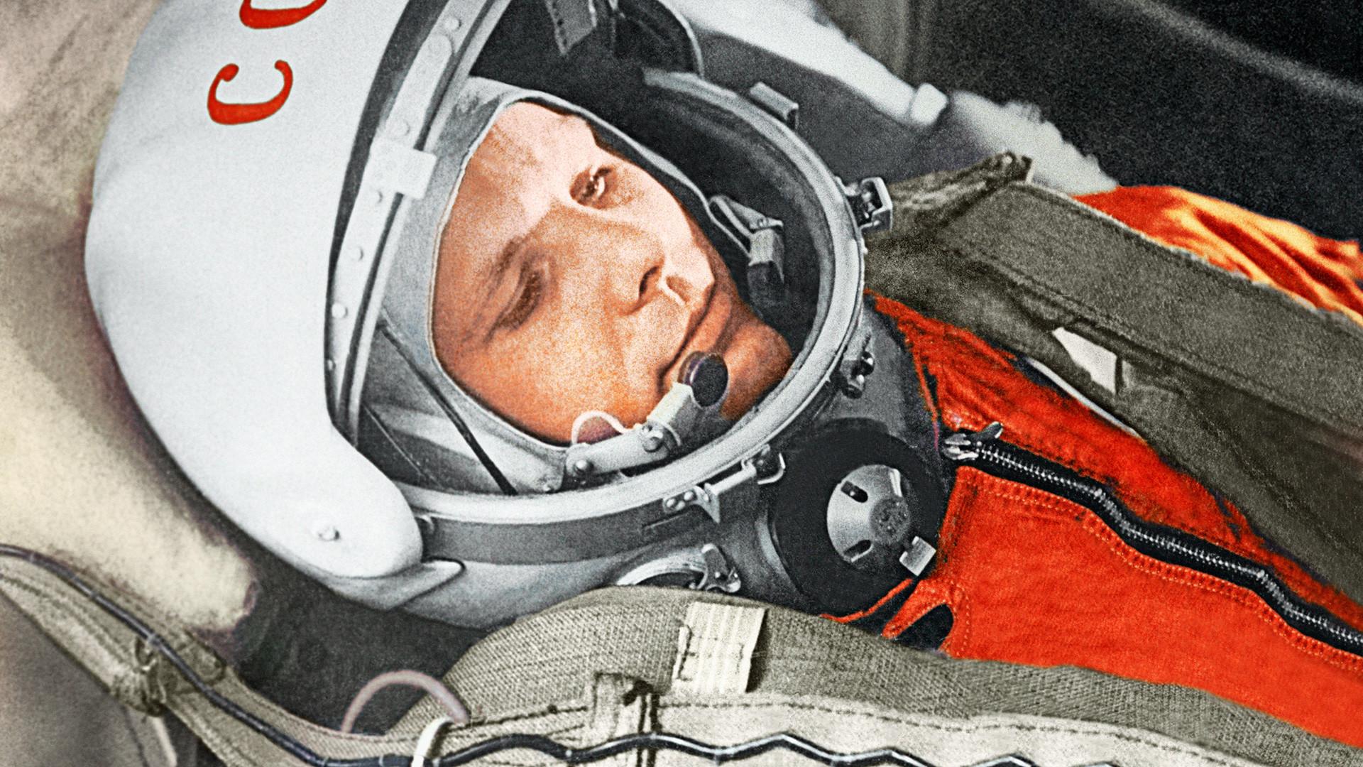 """Юрий Гагарин в кабине космического корабля """"Восток"""" во время первого в мире орбитального космического полета 12 апреля 1961 года."""