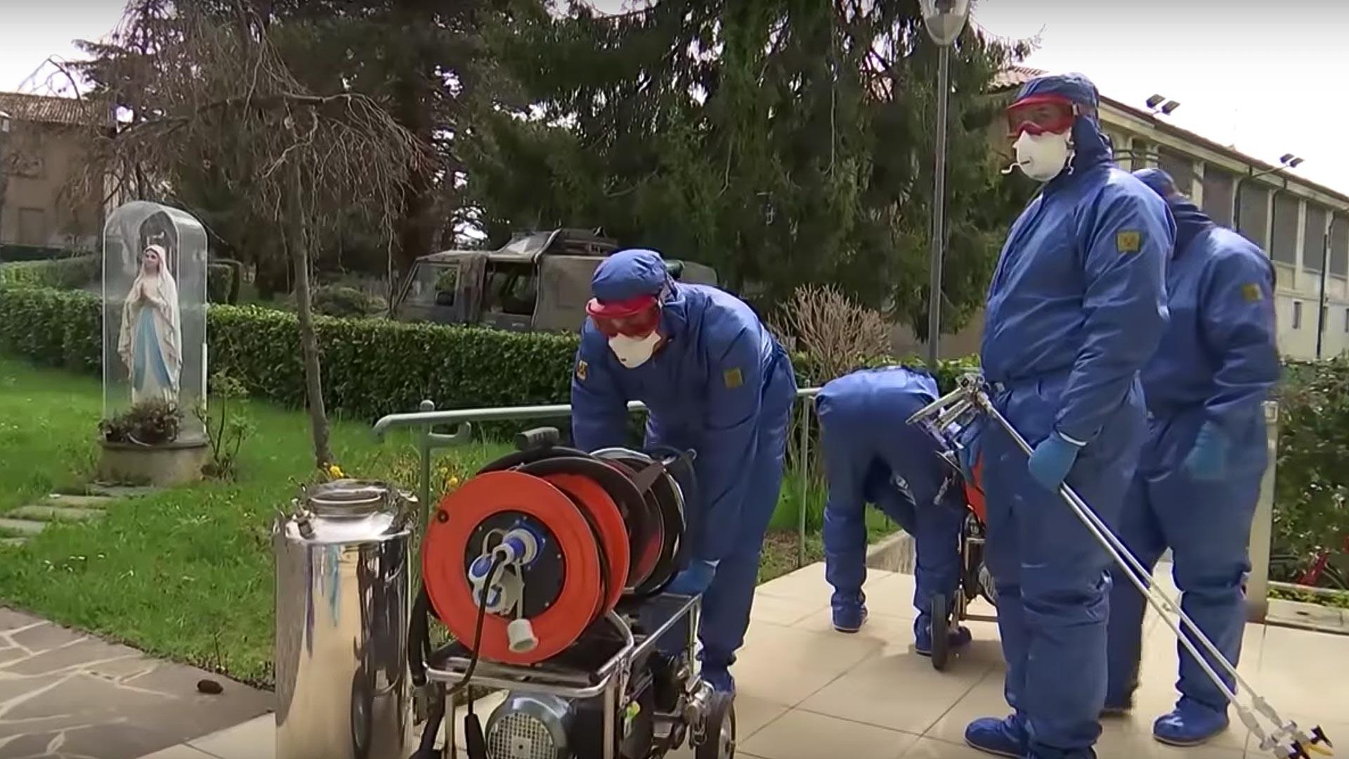 ロシア軍のチームは毎日、3カ所の施設で除菌作業を行っているが、このそれぞれの活動には専門家による個別のチームが参加している。