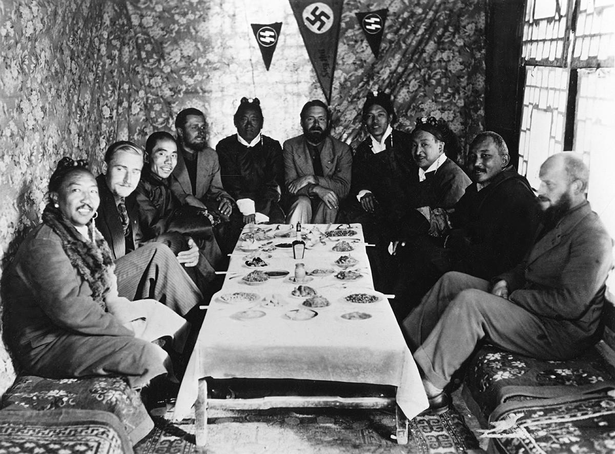 """Тибетска експедиција на СС """"Аненербе"""", Ласа 1939 година. Зоологот Ернст Шефер (1912-1992), раководител на експедицијата (во средината), археолозите Бруно Негер и Едмунд Гер (лево) и Карл Винерт (десно) со Тибеќанци."""