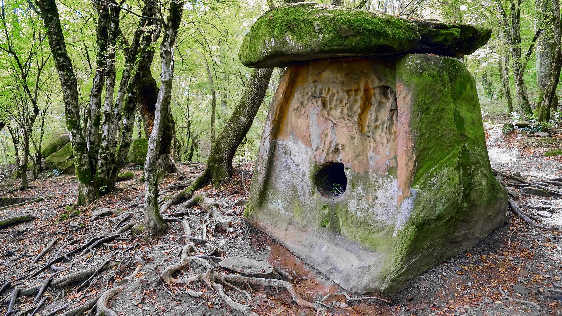 Дрвен мегалитски објект на долмени, село Пшада, Краснодарски крај, Русија