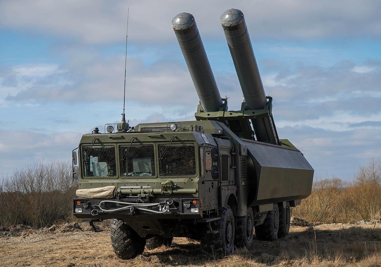 Latihan taktis pasukan rudal pesisir Armada Baltik menggunakan sistem rudal antikapal Bastion di tempat pelatihan Khmelevka.