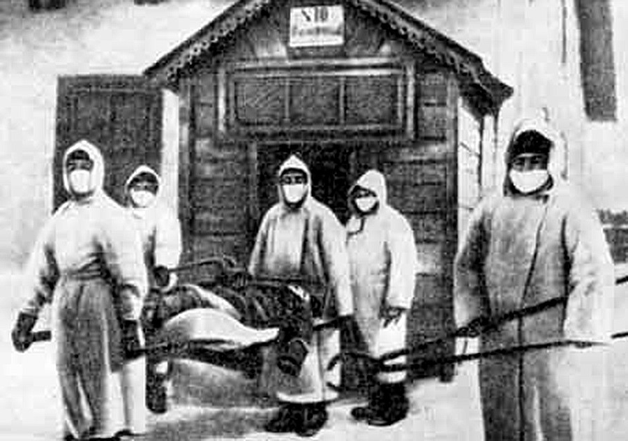 ペストで亡くなった人を霊安室へ搬送