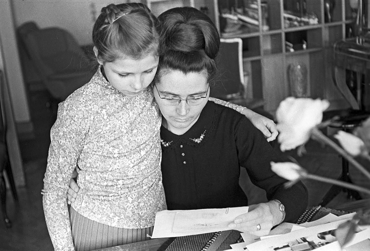Valentina Gagarina s hčerko Leno prebira pisma, ki so prispela v uredništvo časopisa Ogonjok po smrti Jurija Gagarina (1968)