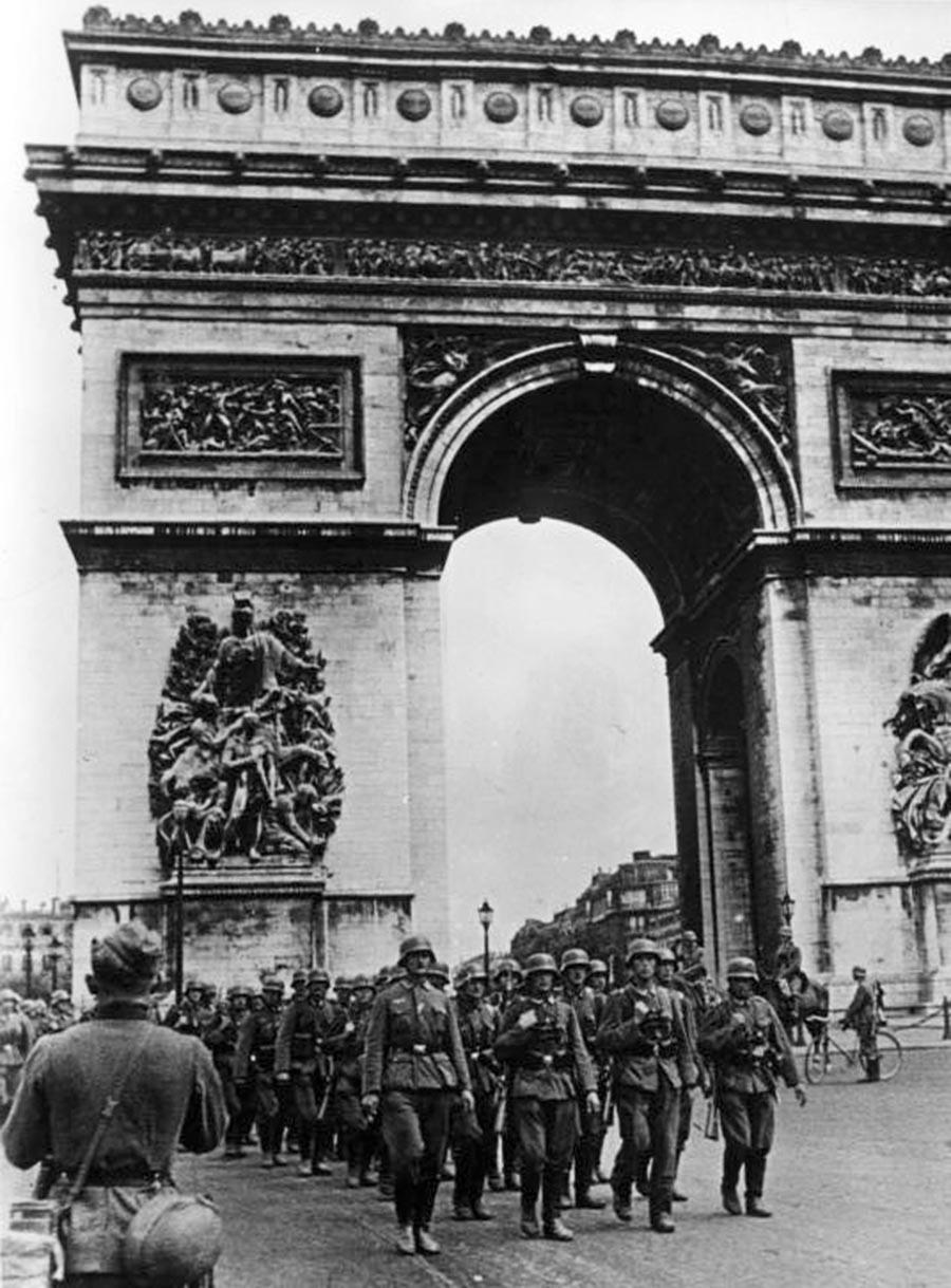 Soldados alemanes en París
