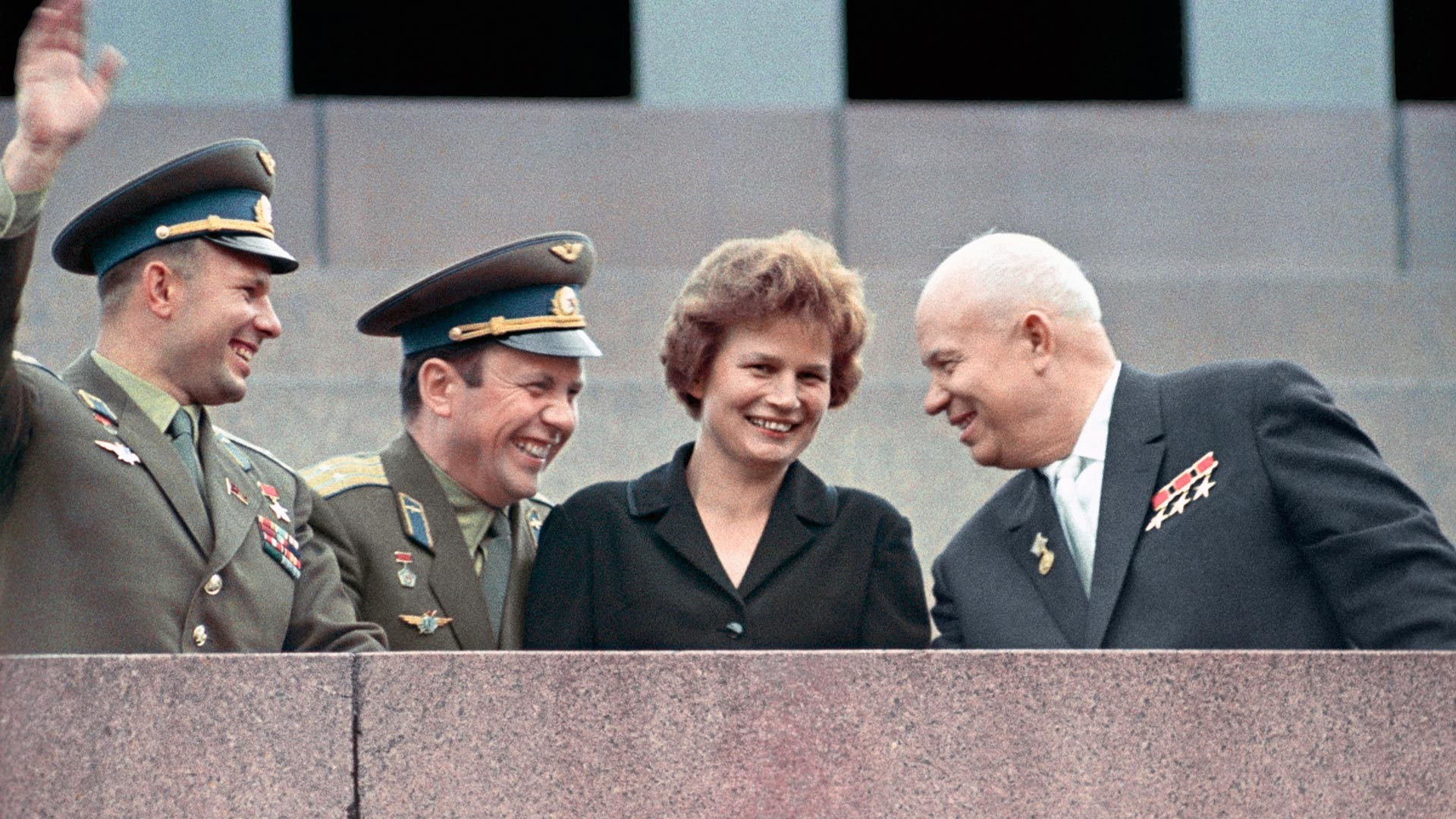 Nikita Khrushchev (kanan), Yuri Gagarin (kiri), Pavel Popovich, dan Valentina Tereshkova.