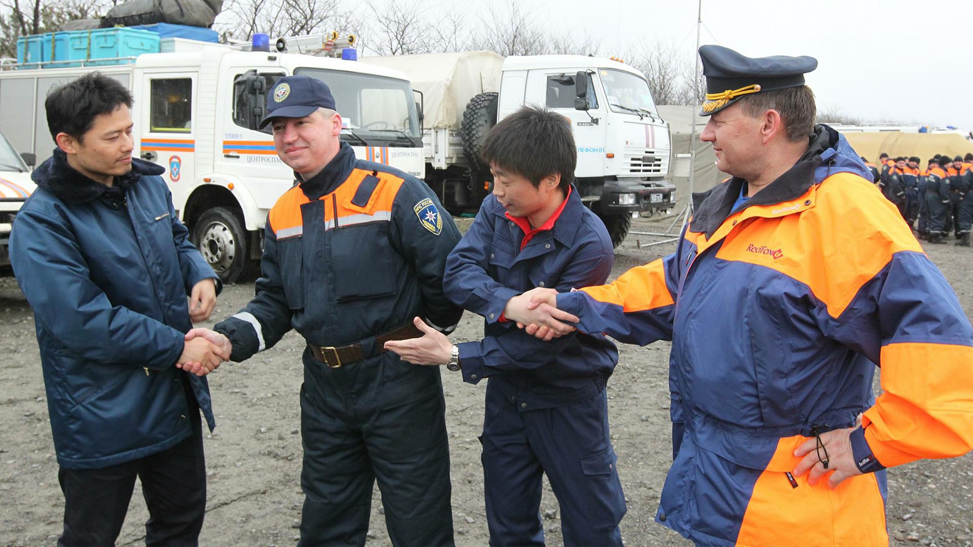 Des sauveteurs du ministère russe des Situations d'urgence au Japon après la catastrophe de Fukushima