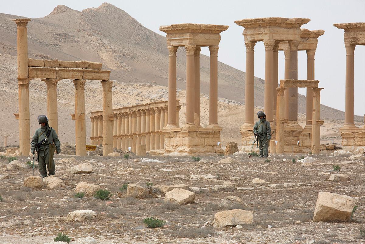 Des sapeurs russes prenant part au déminage de Palmyre