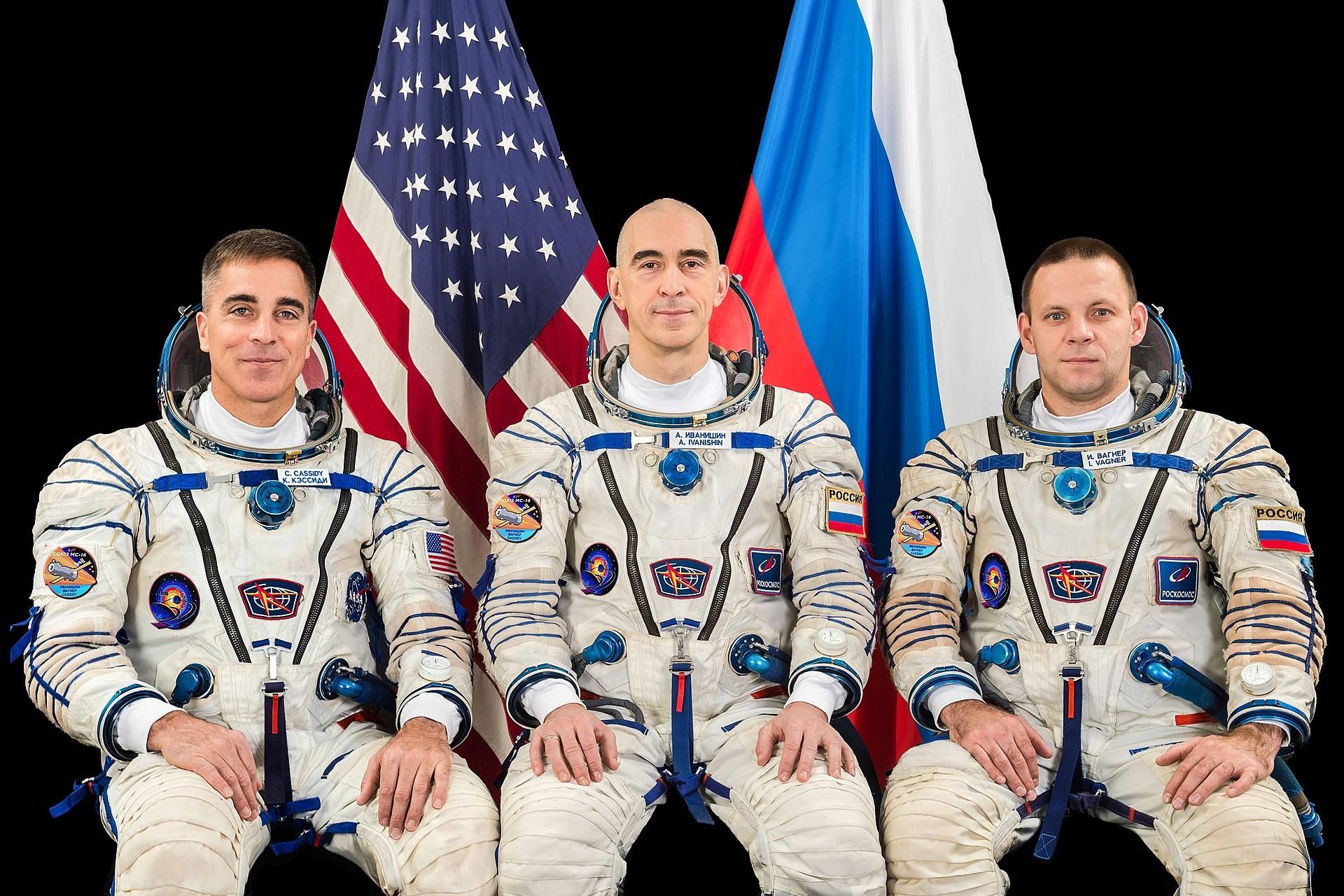 Nova posadka Mednarodne vesoljske postaje (z leve proti desni): Christopher Cassidy (NASA), Anatolij Ivanišin (Roskosmos) in Ivan Vagner (Roskosmos) med skupinskim fotografiranjem v Gagarinovem vesoljskem centru