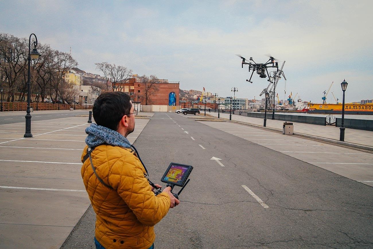Preskusni polet drona, ki naj bi nadzoroval režim samoizolacije v Vladivostoku.