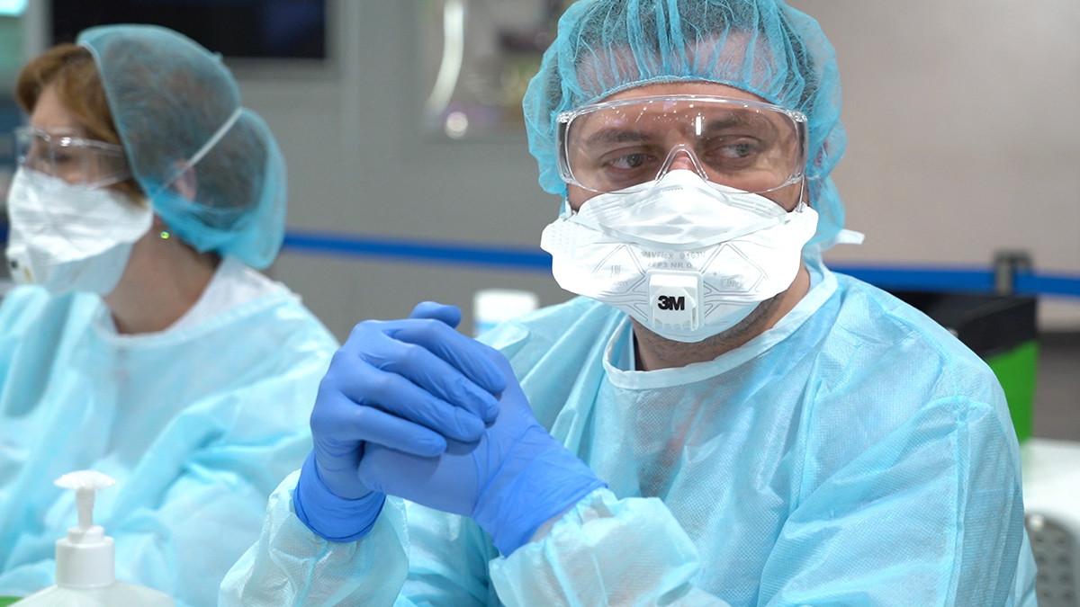 Un travailleur de la santé avant le début du contrôle des passagers à l'aéroport moscovite de Cheremetievo