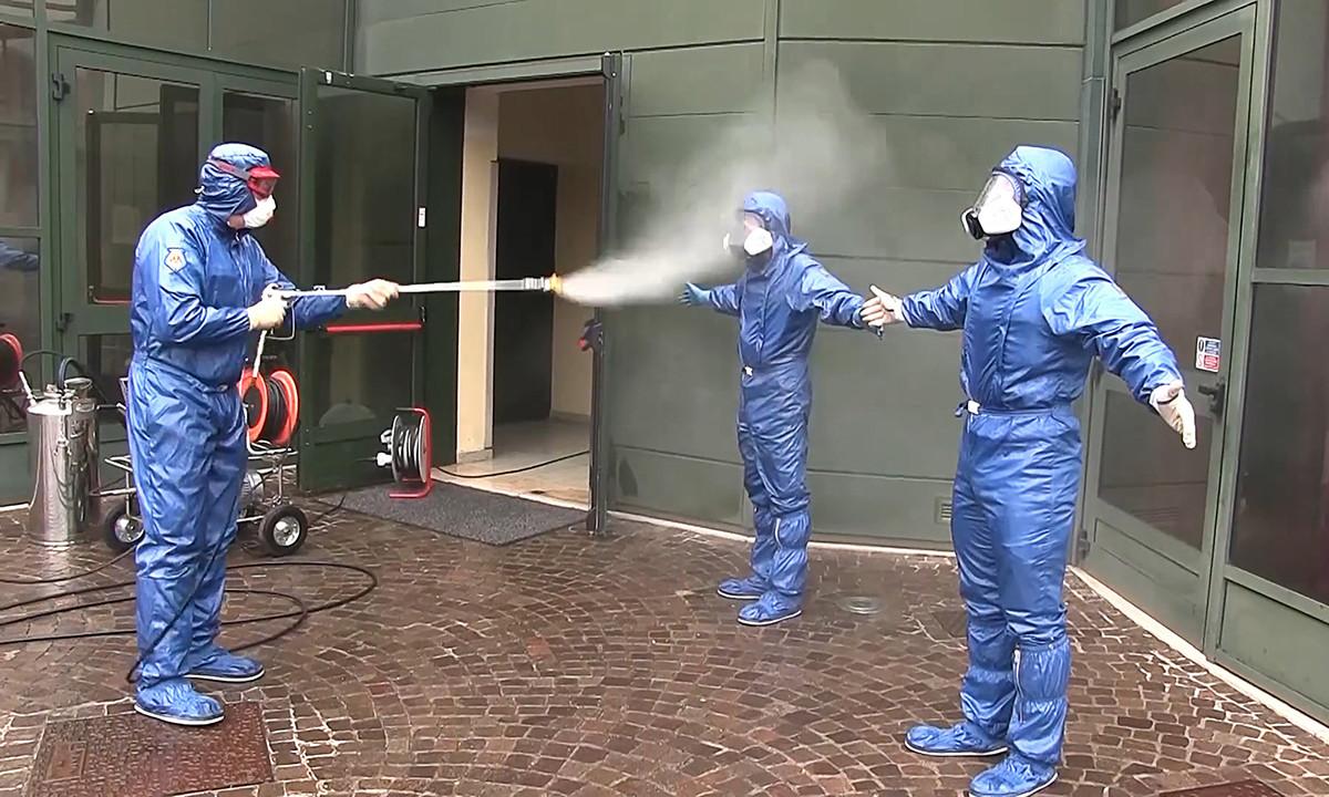 Des militaires russes réalisant une procédure de désinfection