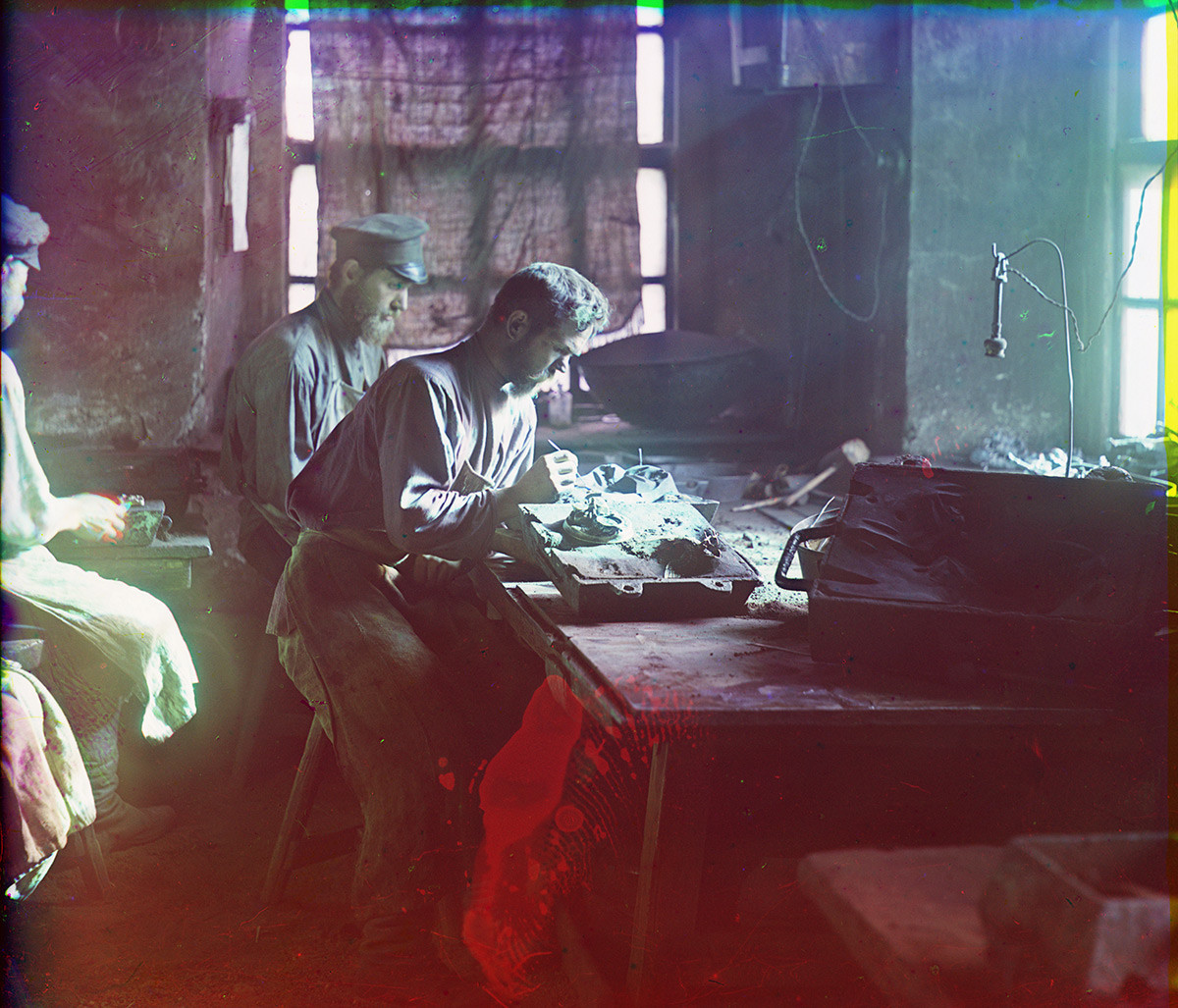 Kasli Factory. Craftsmen working with iron casting molds. Summer 1909