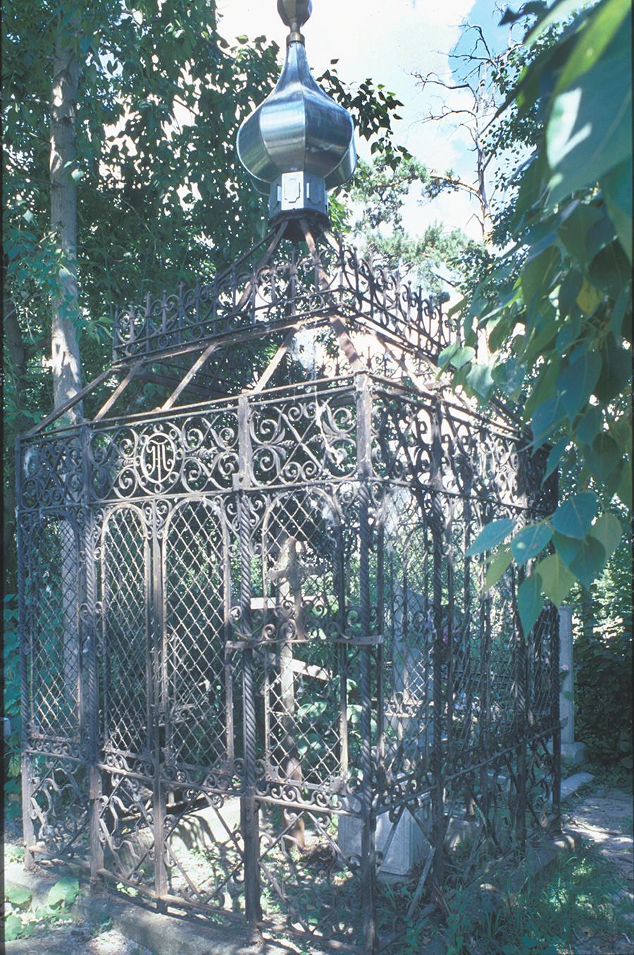 Kasli Cemetery. Burial plot enclosed with Kasli decorative iron work. July 14, 2003
