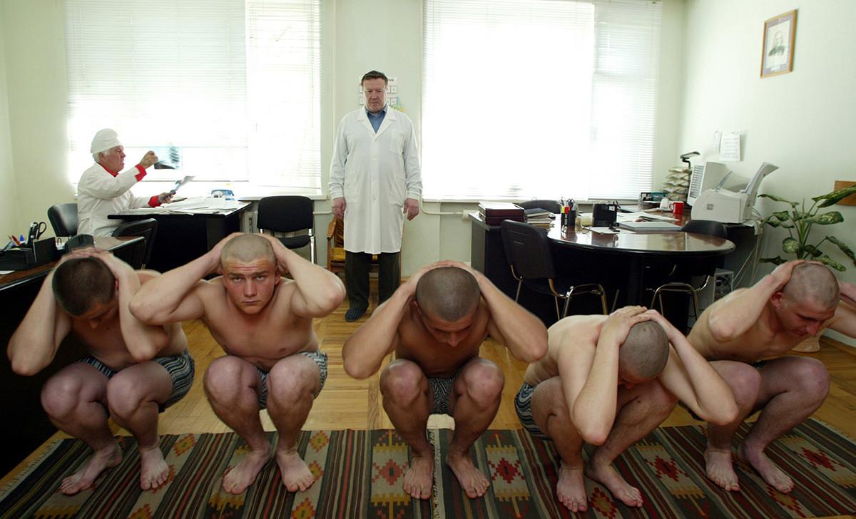 Seorang dokter memeriksa sekelompok wajib militer di kantor perekrutan di Stavropol.
