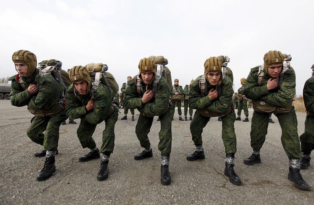 Para anggota wamil yang bergabung dengan pasukan penerjun payung Rusia bersiap-siap sebelum menaiki pesawat selama latihan di luar kota Stavropol.