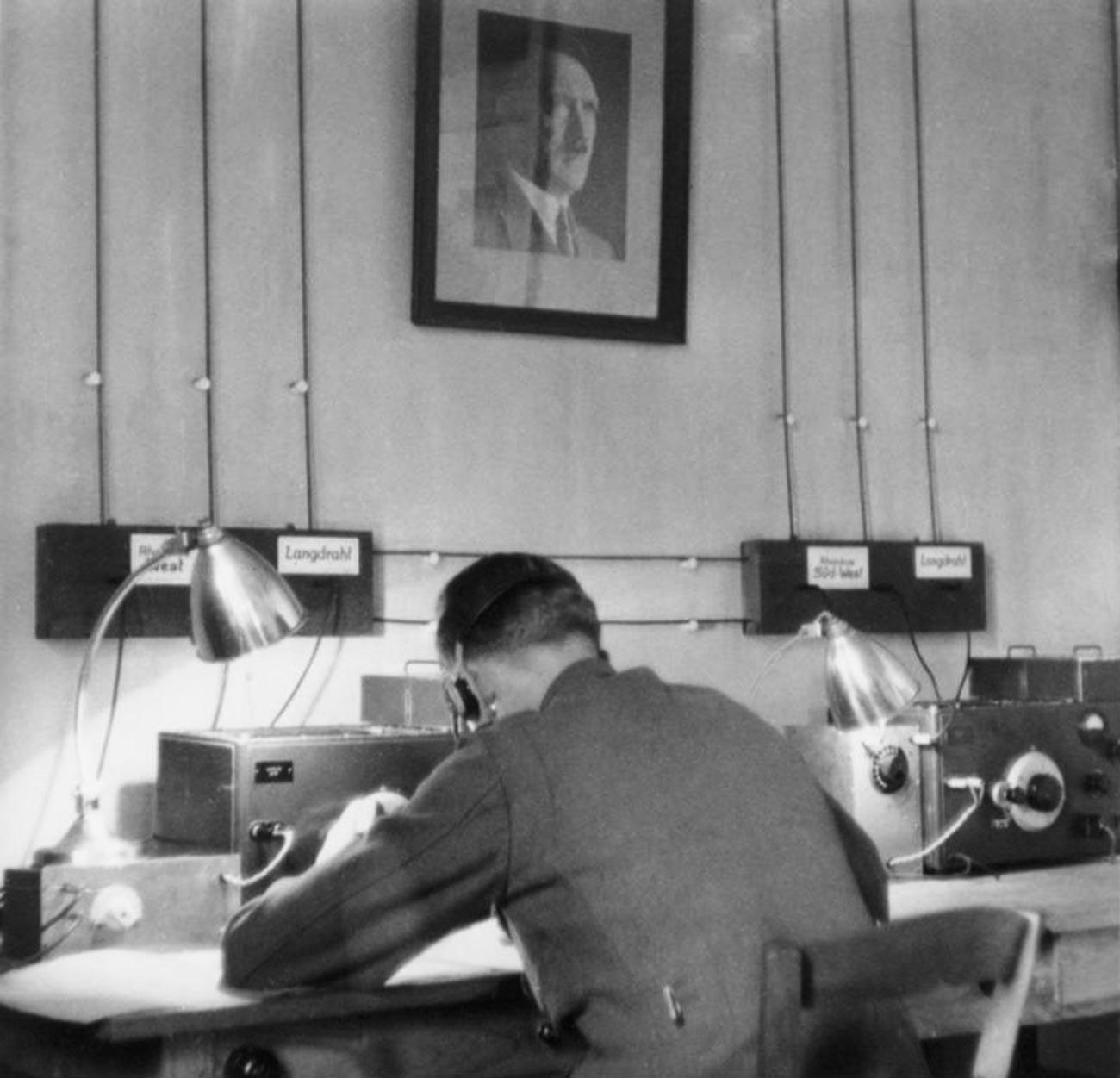 Pripadnik tajne službe z radijsko napravo v tujini