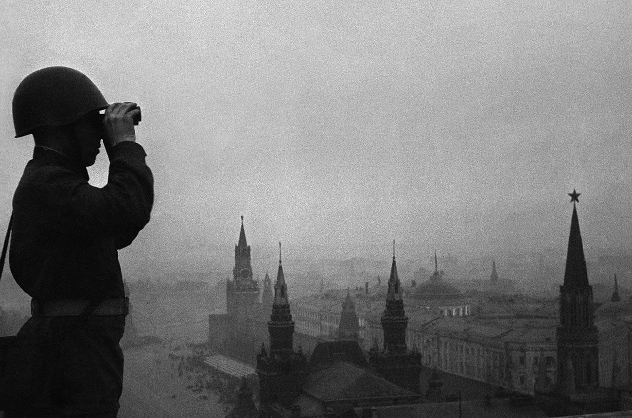 Pripadnik sovjetske protizračne obrambe med opazovanjem neba nad Moskvo, junija 1941