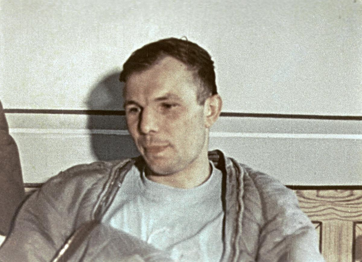Yuri Gagarin después del aterrizaje de la nave espacial
