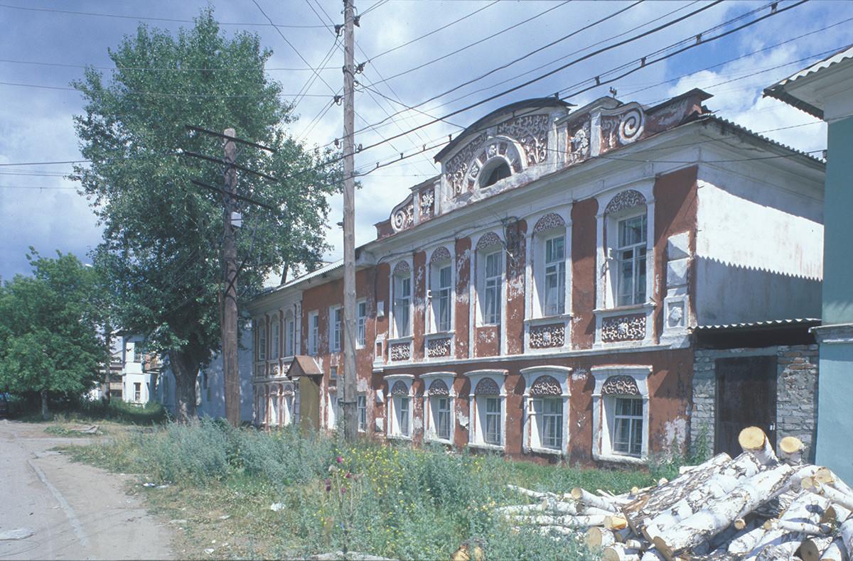 Kasli. Trutnev dvorec& njegovo krilo, Sverdlova ulica. Desno: brezovi hlodi za drva. 14. julij 2003