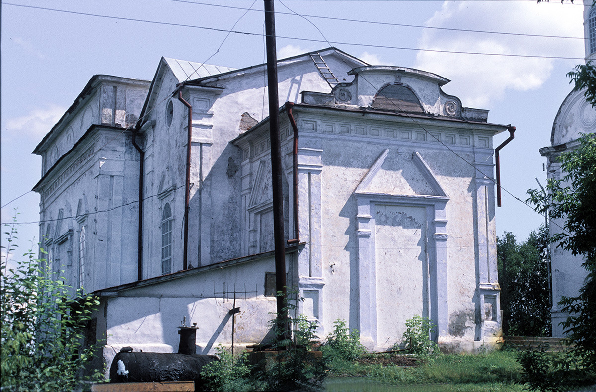 Cerkev svetega Nikolaja, pogled iz severozahoda. Kupole in zvonik so v sovjetskem obdobju razstavili, stavbo pa preuredili v klub. Pravoslavni cerkvi je bila vrnjena šele leta 1993. 14. julij 2003