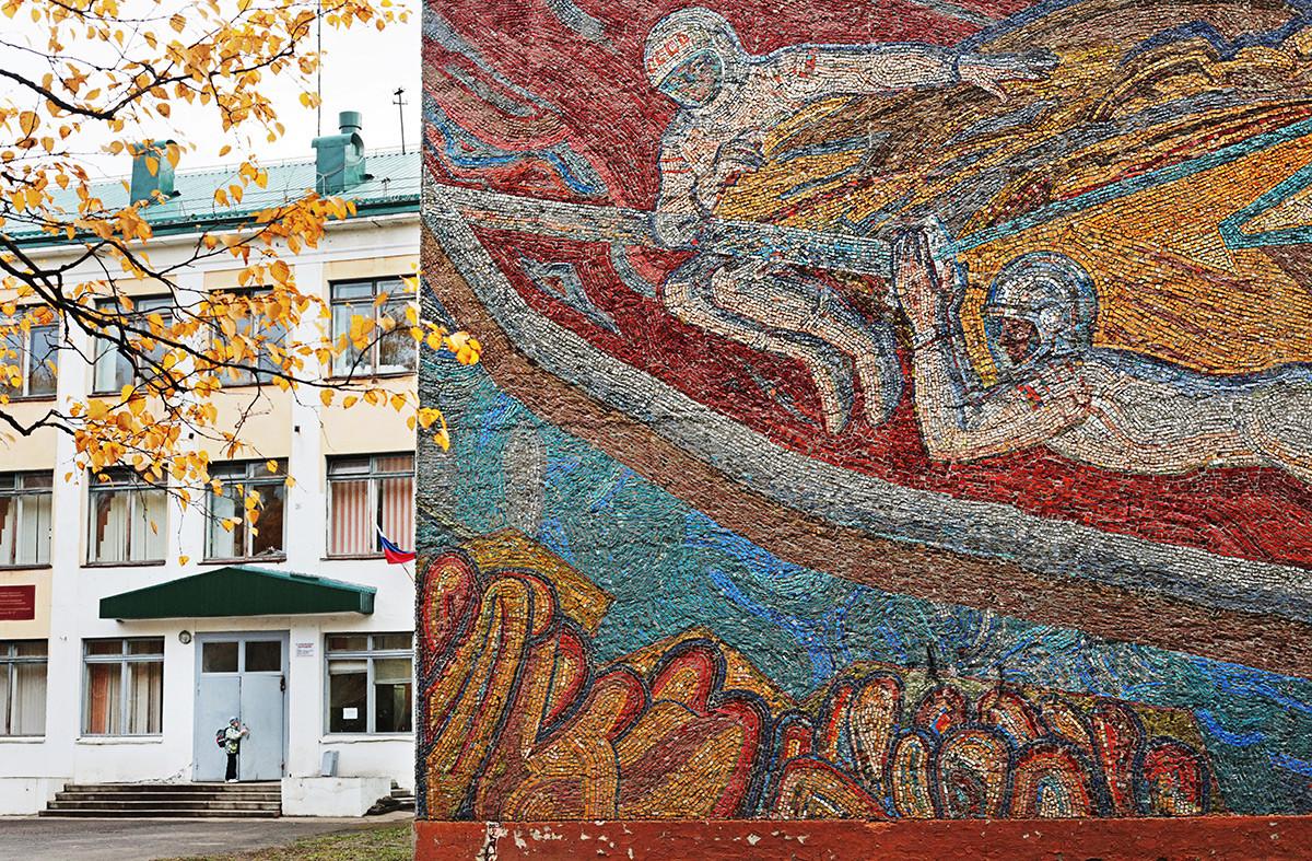 Mosaik pada fasad bangunan sekolah di Kota Severodvinsk, Rusia.