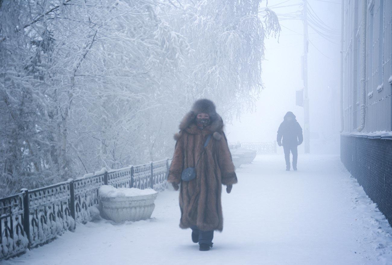 Хората на улицата в Якутск. Температурата на въздуха на територията на Якутия за първи път в сезона падна под -50 градуса.